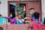 Personel TNI-Dinkes beri vitamin untuk balita di Mimika