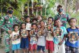 Satgas TNI Yonif 131 bagikan perlengkapan sekolah anak perbatasan RI-PNG