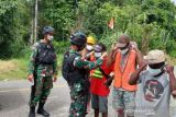Satgas TNI Yonif 512 bagikan masker cegah COVID-19 di perbatasan  RI-PNG