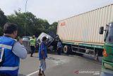 Nahas! Dua mobil tergencet truk kontainer di tol Semarang