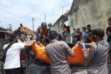 Tim Inafis Polres OKU evakuasi jasad wanita muda tewas gantung diri di kamar kos