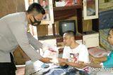 Polisi salurkan bantuan sembako kepada warga di Bangka Barat