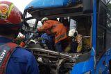 Suku Dinas Gulkarmat Jaktim evakuasi korban tewas dalam kecelakaan TransJakarta