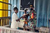 Aparat TNI bagikan sembako ke warga Mimika