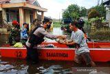 Polresta Samarinda melakukan patroli kemanusiaan di wilayah banjir