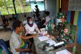 Satgas TNI Yonif 403 beri layanan kesehatan posyandu warga perbatasan RI-PNG
