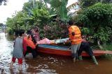 Polres Sanggau mengevakuasi warga terdampak banjir luapan Sungai Sekayam