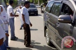 Kejari Bireuen Bagikan Stiker dan Brosur Anti Korupsi