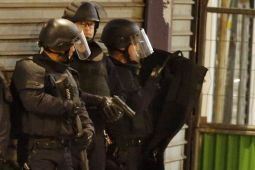 Polisi Prancis berunjuk rasa menentang larangan mencekik