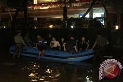Warga Asing Terjebak Banjir Kemang Dievakuasi Dengan Perahu Karet