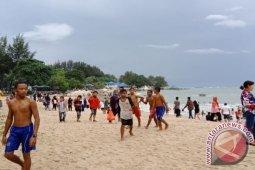 Ribuan pengunjung padati Pantai Tanjung Pesona Bangka