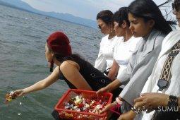 Duta Andaliman tabur bunga di Danau Toba