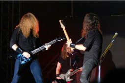 Gitar tanda tangan Megadeth dilelang untuk bantu tangani virus corona