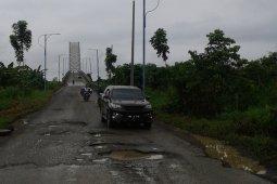 Jalan menuju jembatan ikon Tanjabtim rusak parah
