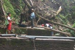 Perjalanan perbaikan pipa air di kaki Gunung Rinjani