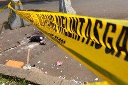 Minibus tabrak pohon diduga ban kendaraan slip, sopir tewas