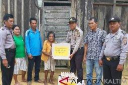 Polsek Sepaku Beri Sembako Nenek 93 Tahun