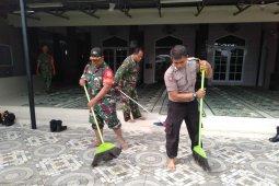 TNI bersinergi dengan Polri bahu membahu bersihkan masjid