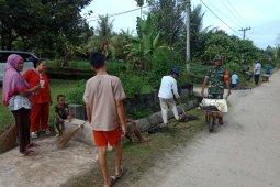Jumat bersih, Babinsa Koramil 17/KTR bersama masyarakat bersihkan lingkungan