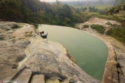 Berendam air hangat alami Gunung Panjang Bogor