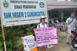 Pelajar di Gunungsitoli ini minta sumbangan untuk membayar uang komite