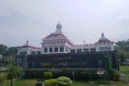 Kondisi infrastruktur depan kantor pemerintahan Kabupaten Labuhanbatu masih buruk