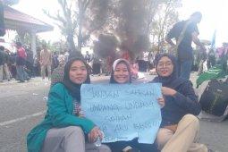 Unjuk rasa ricuh di DPRD Labuhanbatu, seorang mahasiswa terkena pukulan di wajah