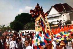 Tradisi Belimbur dan Ngulur Naga Akhiri Pesta Adat Erau 2019