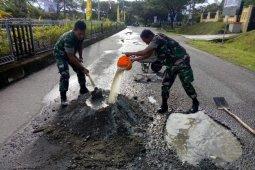 Sering kecelakaan, TNI tambal badan jalan di Perkantoran Suka Makmue