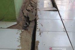 Tanah bergerak rusak belasan rumah di Cibadak Sukabumi