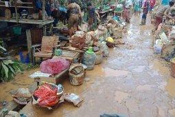 Tim Damkar Melawi bersihkan lumpur usai banjir bandang