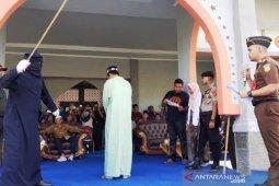 Melanggar syariat Islam, dua oknum ASN di Nagan Raya dihukum cambuk