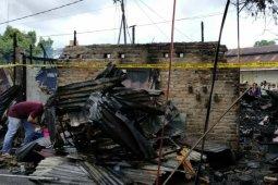 Tujuh kios di Stasiun KA Pematangsiantar ludes terbakar
