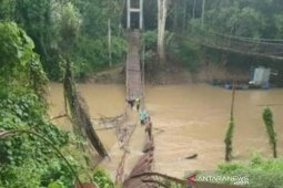 Warga Bebayau berjatuhan ke sungai dari jembatan gantung