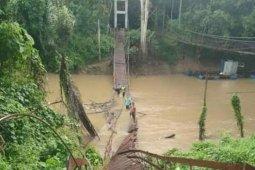 Warga berjatuhan di jembatan gantung