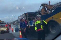 Truk galon terbalik picu kemacetan Tol Jagorawi KM04 lintasan TMII
