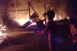 Empat kios ludes terbakar dilalap si