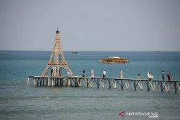 Wisata terapung menara eiffel Pantai Lampuuk