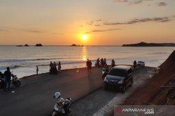 Menikmati keindahan sunset di Puncak Gunung Keutapang
