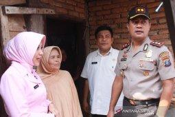 Kapolres dan Ketua Bhayangkari Tapsel berikan tali asih kepada penyandang disabilitas