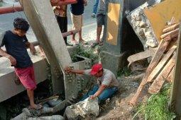Tiga karyawan PDAM Parapat tertimpa muatan kayu, satu tewas