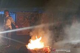 Batal tampil di gedung teater Taman Budaya Bengkulu, seniman bakar spanduk dan baliho
