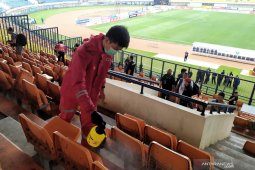 Petugas PMI semprotkan disinfektan di stadion SJH jelang laga Persib lawan PSS