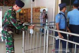 Petugas semprot disinfektan di Bandara Fatmawati Soekarno Bengkulu