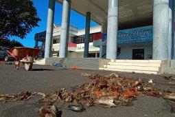 Pedagang gelar protes dengan buang ikan busuk ke kantor Wali Kota Ternate