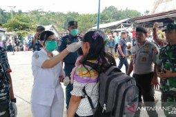 KSOP-Dinkes Gunungsitoli periksa suhu tubuh penumpang turun dari kapal