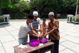 Antispasi Covid-19, masjid di Langkat disemprot disinfektan dan jamaah Jumat cuci tangan