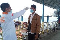 Penumpang kapal dan pesawat yang tiba di Ternate diperiksa suhu tubuh