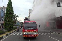 Disdamkar Ambon semprot sejumlah ruas jalan dengan cairan antikuman