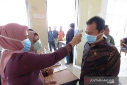 Anggota DPRD Tapsel ukur suhu tubuh antisipasi COVID-19